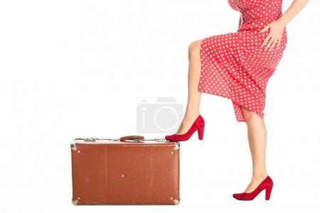 photo recadrée de femme avec valise vintage isolé sur blanc