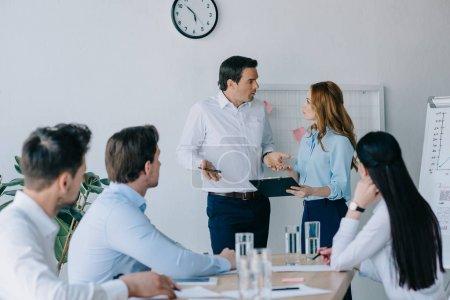 grupo de compañeros de trabajo con formación empresarial en el cargo
