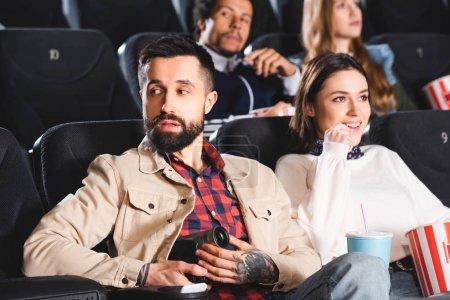 Photo pour Focus sélectif de l'homme filmant avec l'appareil photo numérique et la femme regardant le film au cinéma - image libre de droit