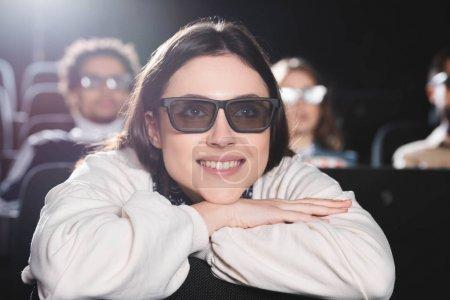 Photo pour Foyer sélectif de la femme attrayante dans les lunettes 3D regarder un film au cinéma - image libre de droit