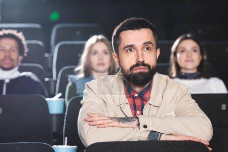 Photo pour Foyer sélectif de bel homme regardant un film au cinéma - image libre de droit