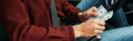 Foto de Vista panorámica de los taxistas titulares de billetes en dólares, disparos panorámicos. - Imagen libre de derechos