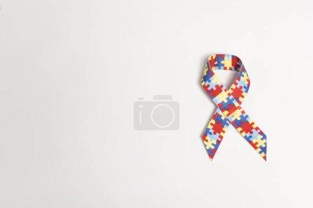 Photo pour Vue du haut du symbole de l'autisme sur fond gris - image libre de droit