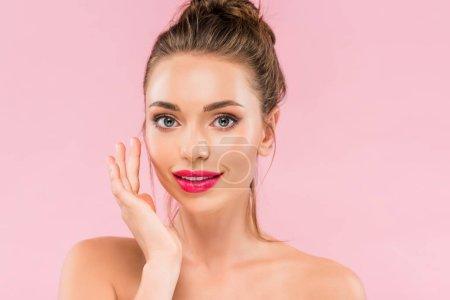 Photo pour Nu belle femme avec des lèvres roses posant avec la main près du visage isolé sur rose - image libre de droit