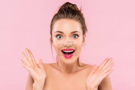 Photo pour Belle femme ébranlée aux lèvres roses isolées sur rose - image libre de droit