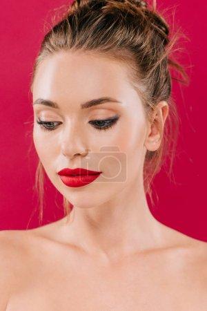 Photo pour Belle femme nue aux lèvres rouges isolées sur rouge - image libre de droit