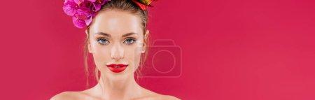 Photo pour Nu belle femme avec des lèvres rouges et couronne florale sur la tête isolé sur cramoisi, panoramique shot - image libre de droit