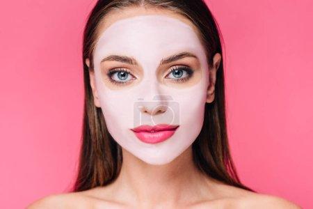 Photo pour Portrait d'une belle femme nue en masque facial isolée sur rose - image libre de droit