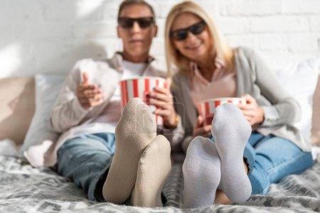 Foto de Enfoque selectivo sobre la pareja en gafas de 3 d con maíz en la cama. - Imagen libre de derechos