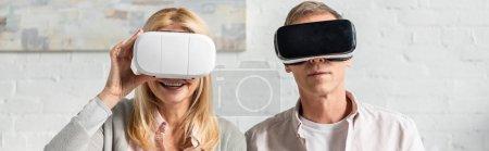 Photo pour Photo panoramique de coupure dans des écouteurs en réalité virtuelle à la maison - image libre de droit