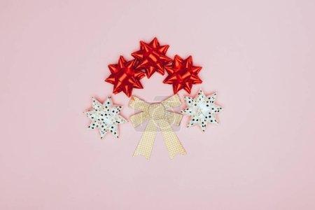 Photo pour Vue de dessus des arcs rouges, blancs et dorés isolés sur rose - image libre de droit