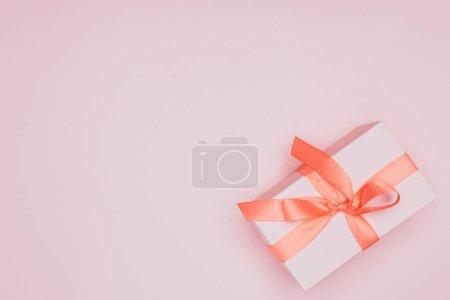Photo pour Vue du dessus de la boîte cadeau de Noël avec ruban, isolée sur rose - image libre de droit