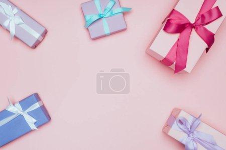 Photo pour Top vue des boîtes cadeaux de Noël avec rubans et archets, isolées en rose - image libre de droit