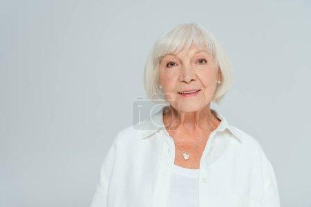 Photo pour Jolie femme souriante regardant la caméra isolée sur gris - image libre de droit