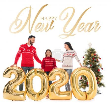Photo pour Jolie famille en chandail près des ballons et de l'arbre de Noël isolé sur blanc avec joyeux lettrage du Nouvel An - image libre de droit