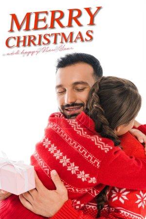 Photo pour Vue arrière de fille embrassant père heureux avec cadeau de Noël isolé sur blanc avec joyeux Noël et heureux nouveau lettrage de l'année - image libre de droit
