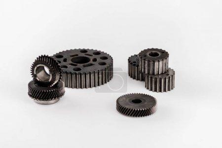 metalowe okrągłe koła zębate izolowane na białym z przestrzenią do kopiowania