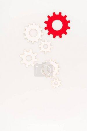 widok z góry jednego czerwonego narzędzia między innym odizolowany na białym