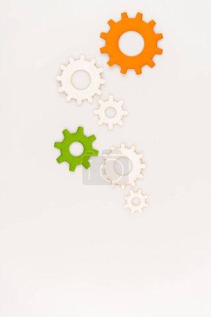 Photo pour Top vue des engrenages colorés isolés sur blanc - image libre de droit