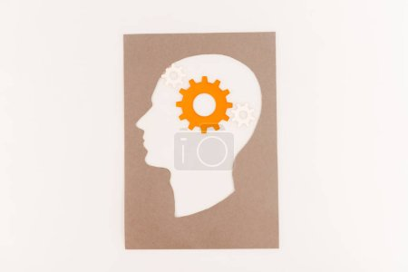Photo pour Vue de dessus de la silhouette de la tête humaine avec engrenage orange isolé sur blanc - image libre de droit