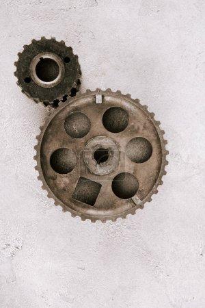 vue de dessus des engrenages ronds en métal vieilli sur fond gris