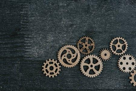 Photo pour Vue de dessus des engrenages métalliques rétro sur fond bois foncé avec espace de copie - image libre de droit