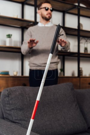 Photo pour Focus sélectif de bâton de marche et aveugle dans le salon - image libre de droit