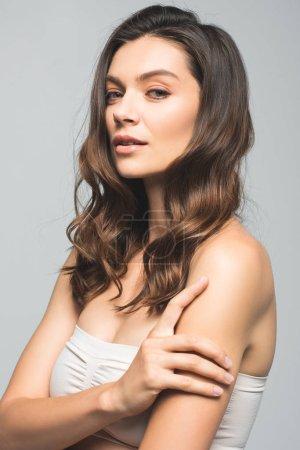 Photo pour Portrait de femme brune tendre à la peau propre, isolée sur gris - image libre de droit