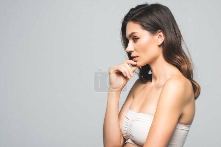 Photo pour Portrait de profil de belle femme brune à la peau parfaite, isolée sur gris - image libre de droit