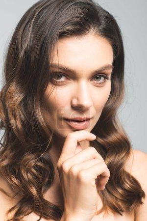 Photo pour Portrait d'une jolie fille pensive à la peau parfaite, isolée sur gris - image libre de droit
