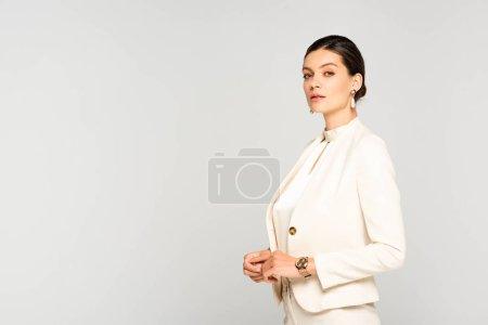 Photo pour Confiante femme d'affaires élégante en costume blanc, isolée sur gris - image libre de droit