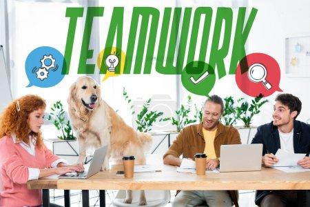 """Photo pour Trois amis souriant et faisant de la paperasserie, golden retriever assis sur une table au bureau avec illustration du travail d """"équipe - image libre de droit"""
