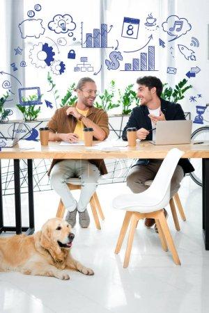 Photo pour Deux beaux amis souriant et se regardant l'un l'autre avec une illustration d'affaires au-dessus des têtes - image libre de droit