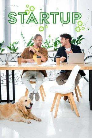 Foto de Dos guapos amigos sonreír y mirarse unos a otros con ilustración de inicio sobre cabezas. - Imagen libre de derechos