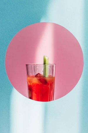 Photo pour Marie ensanglantée avec céleri en cercle rose sur fond bleu au soleil - image libre de droit