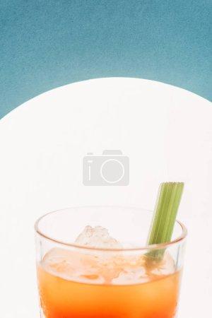 Photo pour Vue rapprochée de Marie ensanglantée avec céleri sur fond bleu avec contre-jour - image libre de droit
