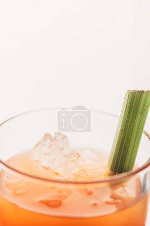 Photo pour Vue de près de Marie sanglante avec céleri et glace isolés sur blanc - image libre de droit