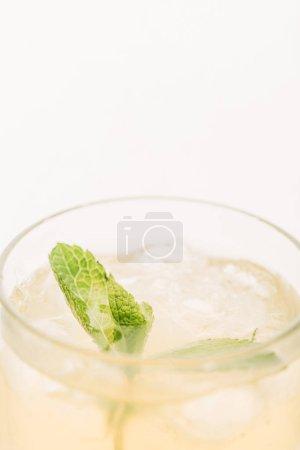 vista de cerca de limonada fresca con hojas de menta aisladas en blanco