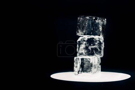 Photo pour Cubes de glace carrée sur cercle éclairé isolé sur noir - image libre de droit