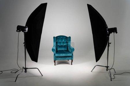 Photo pour Fauteuil bleu avec lumière de studio sur fond gris - image libre de droit