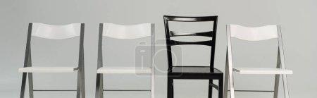 Photo pour Chaises noires et blanches isolées sur fond gris, panoramique - image libre de droit