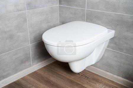 Foto de Cuarto de baño blanco limpio en el cuarto de baño con azulejos grises. - Imagen libre de derechos
