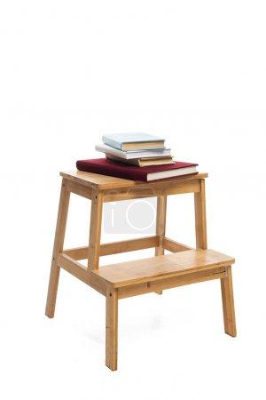 Photo pour Échelle en bois avec livres isolés sur blanc - image libre de droit