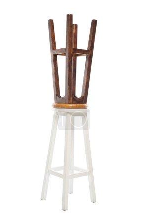Photo pour Chaises en bois marron et blanc isolées sur blanc - image libre de droit
