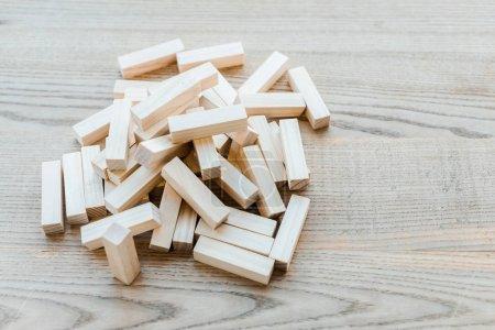 Photo pour KYIV, UKRAINE - 22 NOVEMBRE 2019 : pile avec de petits blocs de jeu de tour en bois sur le bureau - image libre de droit