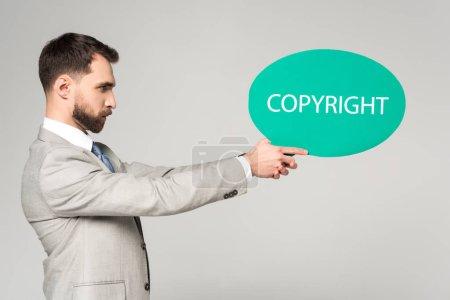 Photo pour Point de vue d'un homme d'affaires confiant tenant son discours une bulle de mots protégés par le droit d'auteur - image libre de droit
