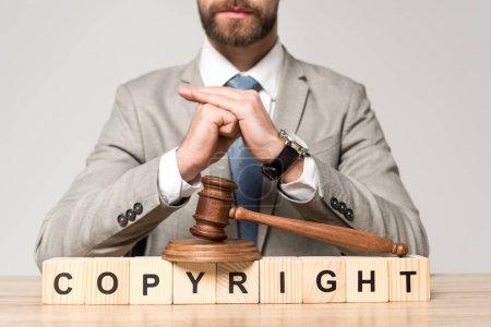 Photo pour Vue partielle d'un avocat près du marteau et cubes de bois avec inscription de droit d'auteur isolés sur gris - image libre de droit
