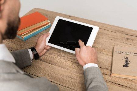 Photo pour Vue partielle de l'homme d'affaires tenant une tablette numérique avec écran blanc isolé sur gris - image libre de droit