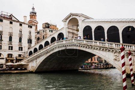 Photo pour Venise, Italie - 24 septembre 2019 : ancien pont du Rialto et grand canal à Venise, Italie - image libre de droit