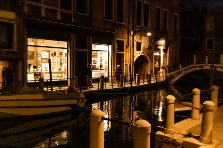 Photo pour Venise, Italie - 24 septembre 2019 : bateau à moteur près d'un ancien bâtiment pendant la nuit à Venise, Italie - image libre de droit